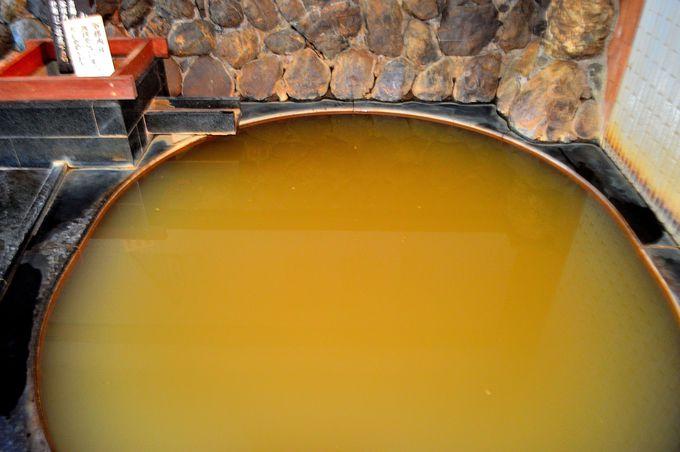 鉄分を含む褐色の濁り湯