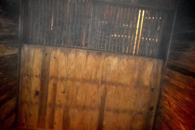 歴史を感じられる湯小屋の造り