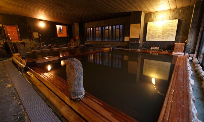 湯治場の雰囲気漂うヒバ造りの大浴場