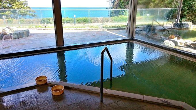 内湯の大きな窓からも海が