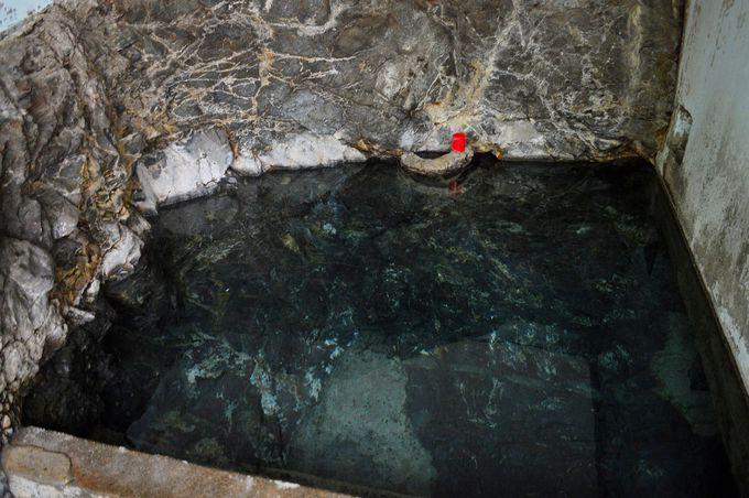 岩盤むき出しの浴槽
