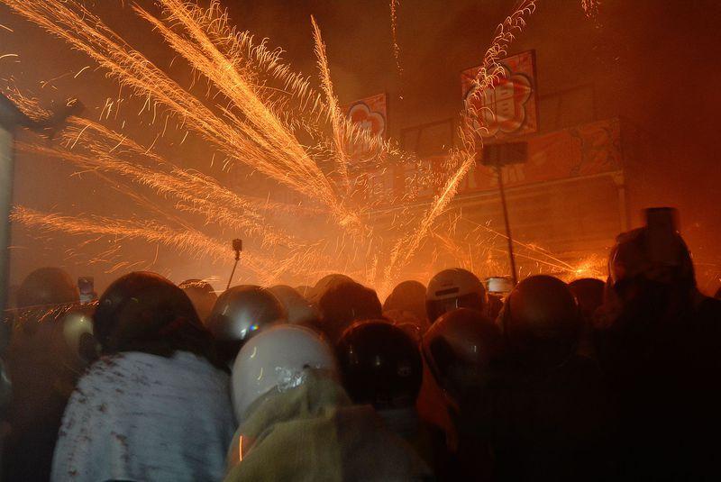 ロケット花火で厄落とし!?台湾のお祭り「鹽水蜂炮」はとんでもなくクレイジー!