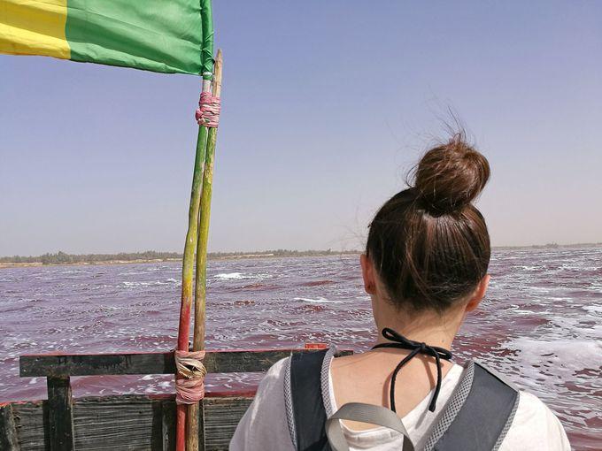 ボートに乗ってラックローズ湖上へ!