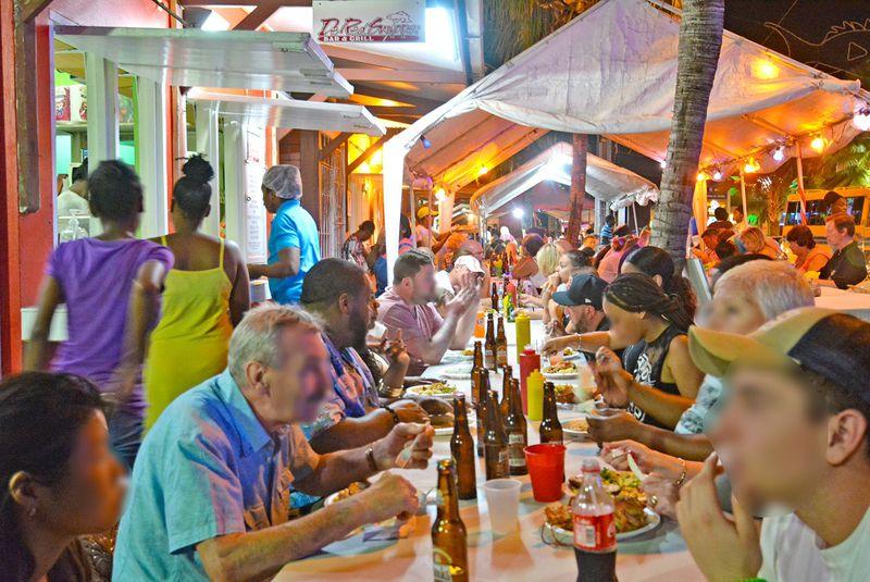 カリブ海の花金はバルバドス「オイスティンズ・フライデー・ナイト」で決まり!