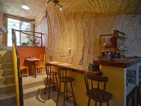 豪クーバーペディの一棟貸し洞窟ホテル「DOWN TO ERHT B&B」