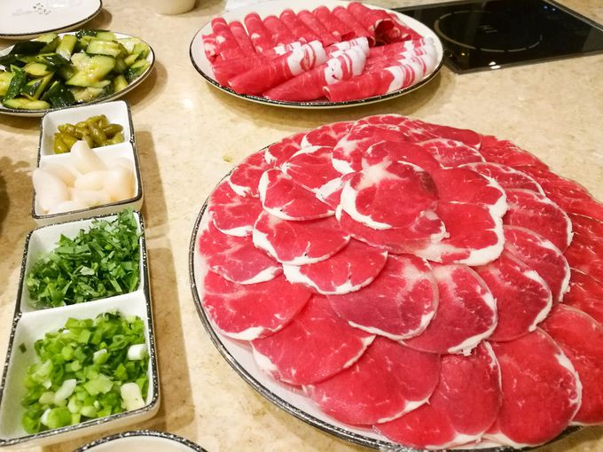 羊肉に馬肉。モンゴルらしい食材をしゃぶしゃぶ!