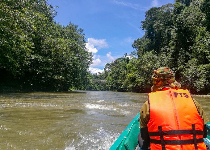 ロングボートでの川上りは気分爽快!