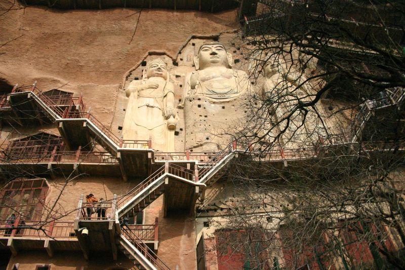 築1500年以上!中国の絶壁の仏教遺跡・麦積山石窟