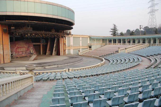 天都公園内の廃墟劇場