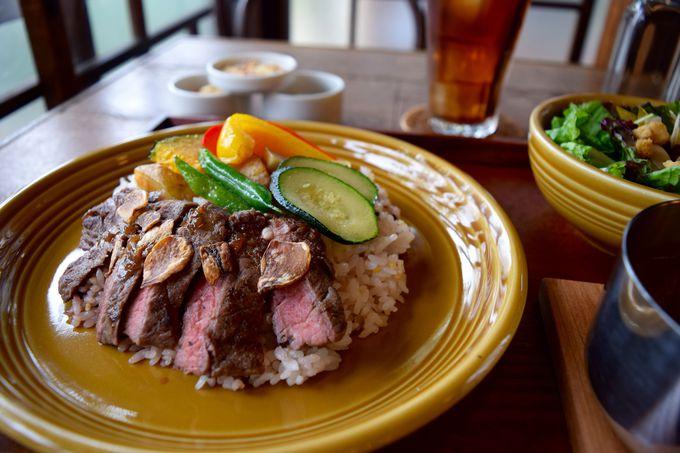 ボリューム満点の牛肉ステーキ&旬野菜カレー