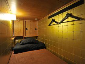 黄金色の茶室に泊まって秀吉気分!浅草「カオサン東京サムライカプセル」