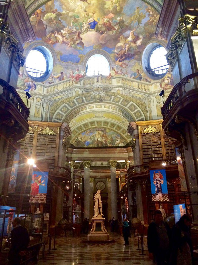 まるで3Dのフレスコ画!ウィーン王宮「オーストリア国立図書館(プルンクザール)」