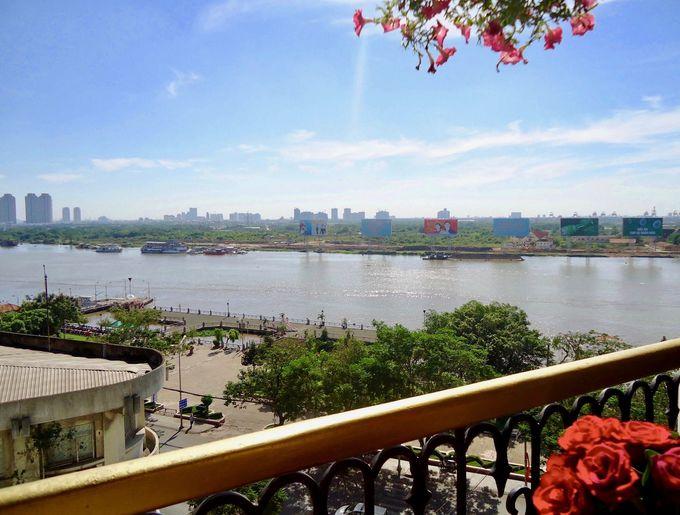 サイゴン川を見渡せるテラス席でのんびり