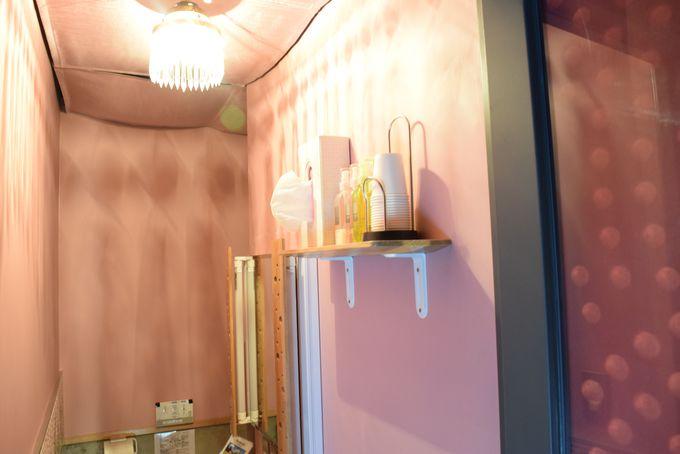 女子トイレには女将が手がけたタイル壁画も