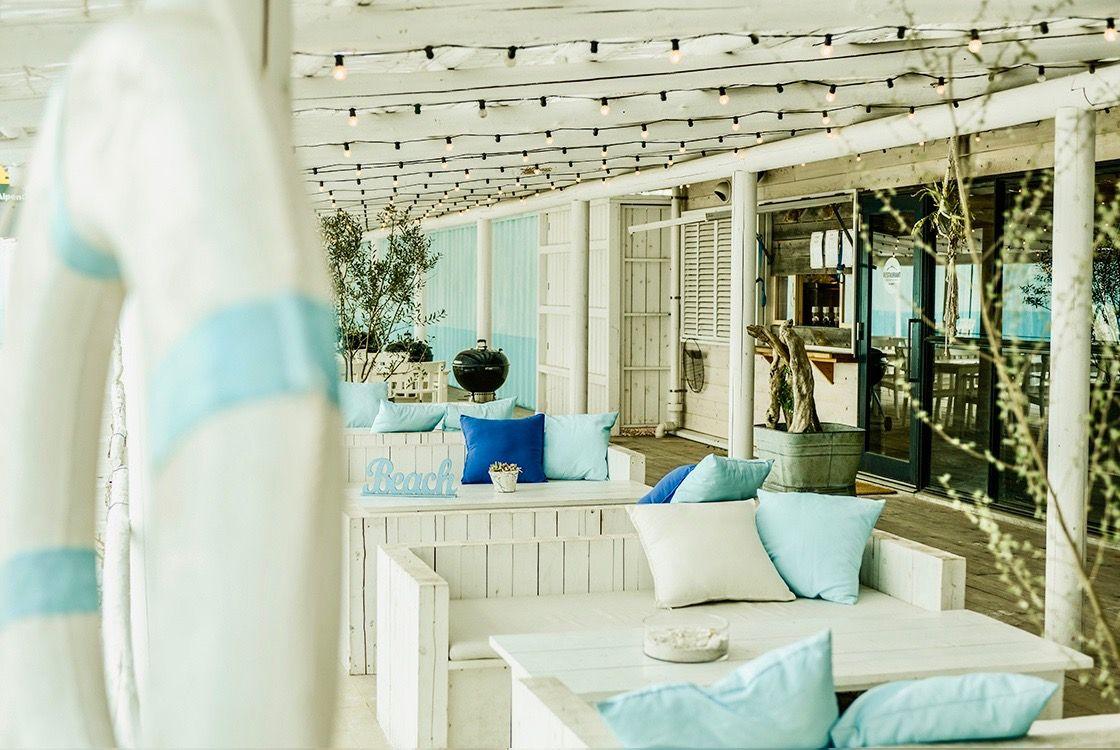 テラスに白い砂浜が広がるレストラン「THE  BEACH77」