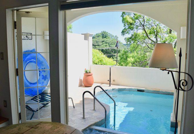 プールと露天風呂を独り占めできる「地中海スイート」