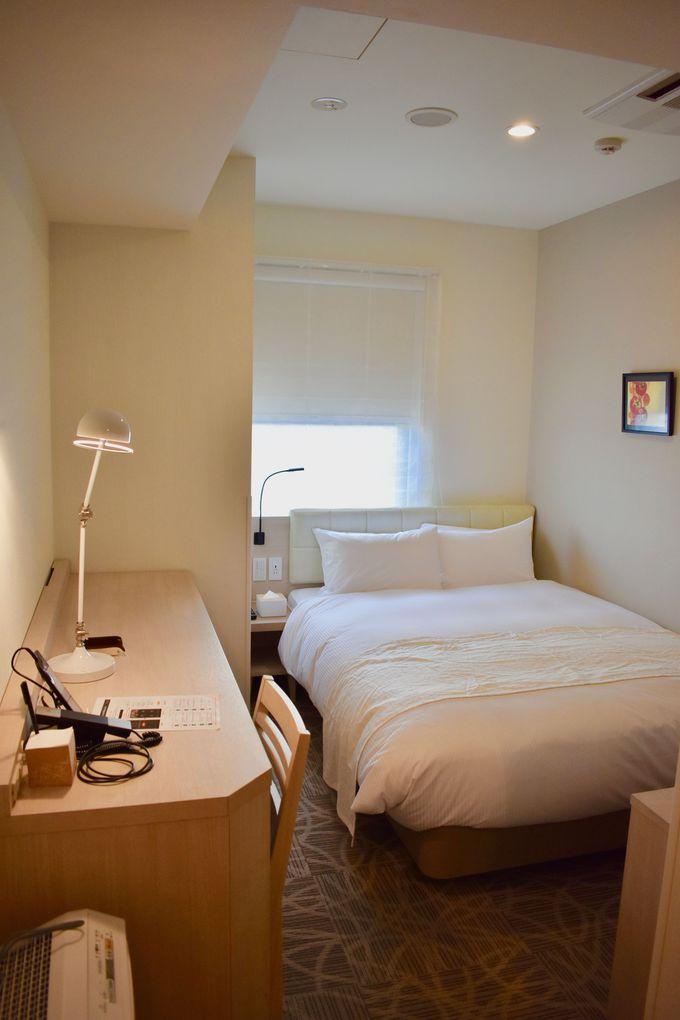 シンプルで機能的なデザインの客室