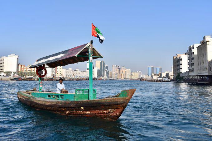 木造の渡し船「アブラ」でのんびり船の旅!