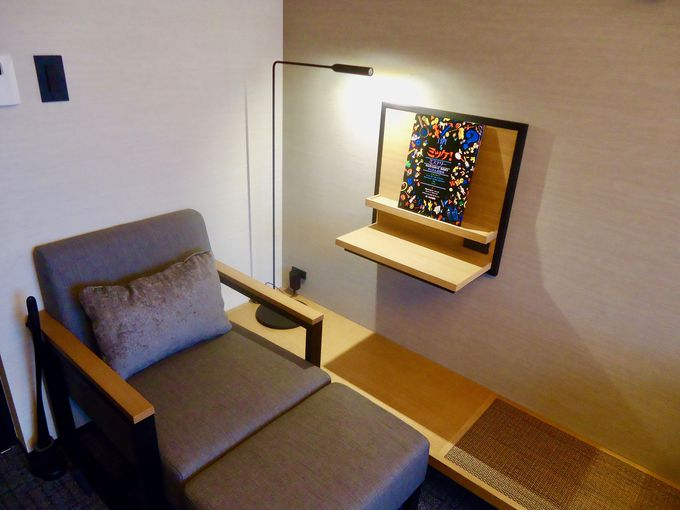 読書をするのに最適な環境が整った客室