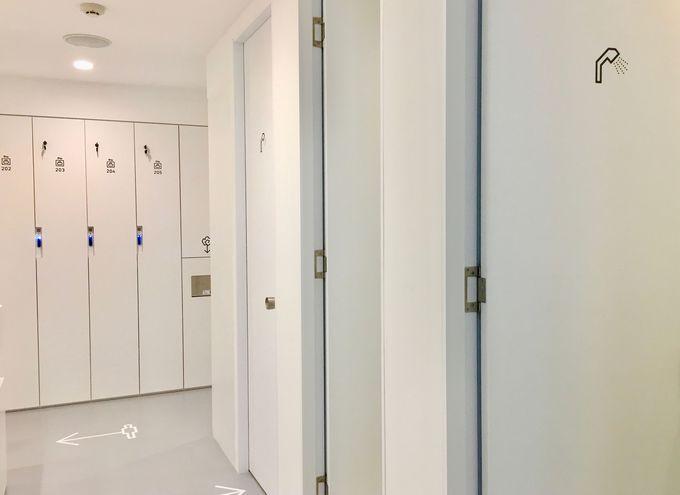 清潔感のあるシャワールームとロッカールーム