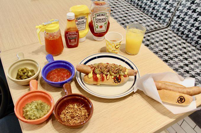 朝食はこだわりのホットドッグを提供!