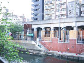 京急高架下に移動型のホステルが誕生!?「タイニーズ横浜日ノ出町」