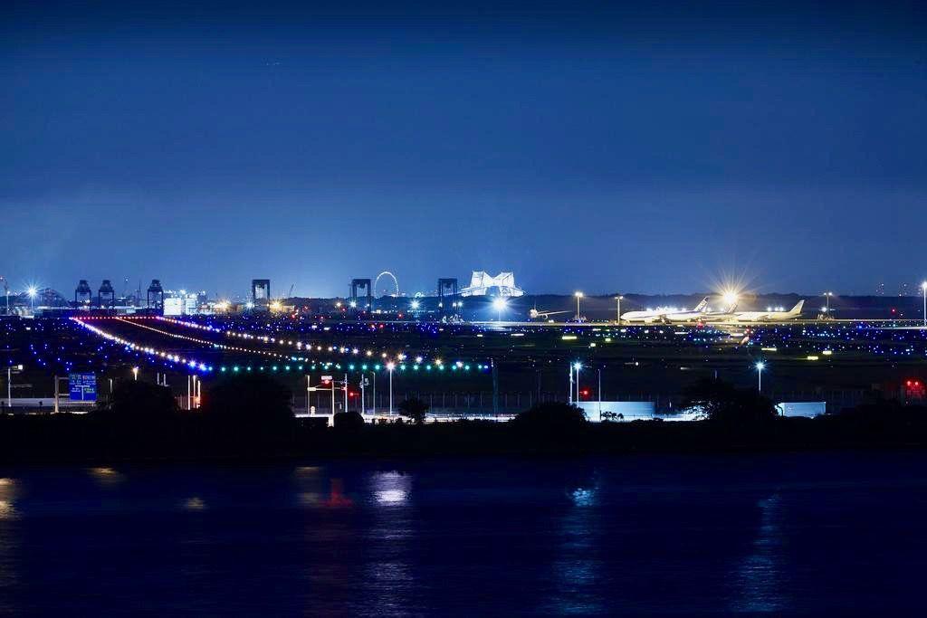 羽田空港の夜景を眺めながらグリル料理を味わう!