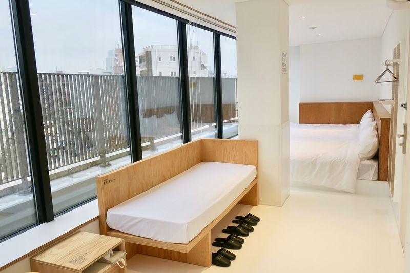 シンプルながらも木の温もりを感じる客室!