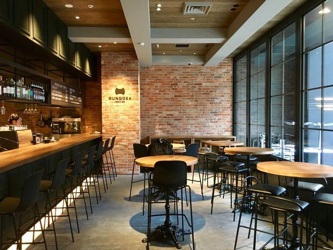 カフェ&バーを通ってチェックインするホテル!