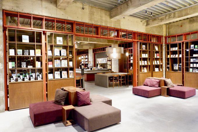 1万冊以上、様々なジャンルを揃えた本屋!