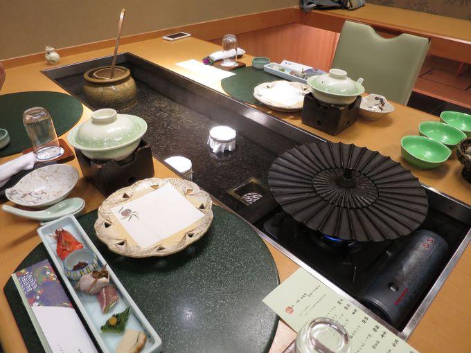 個室風食事処には料理卓の真ん中に温泉が流れ込んでいる!