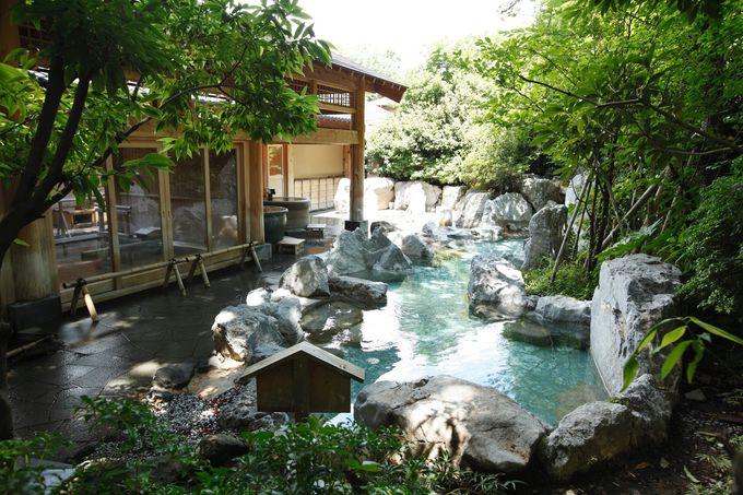 木々に囲まれた露天風呂で癒され、「美肌の湯」できれいになろう!