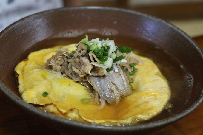 コッコ食堂の沖縄そばは「地鶏黄金そば」