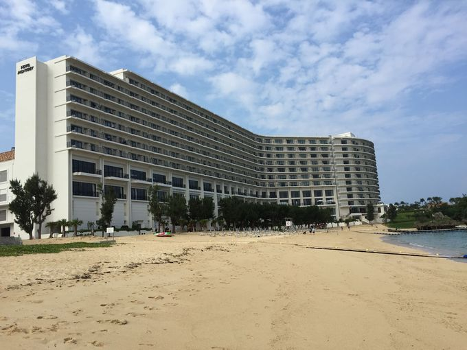 沖縄でも有数のビーチ「タイガービーチ」に建つホテル