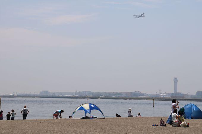 飛行機が眺められる砂浜でリゾート気分を満喫!
