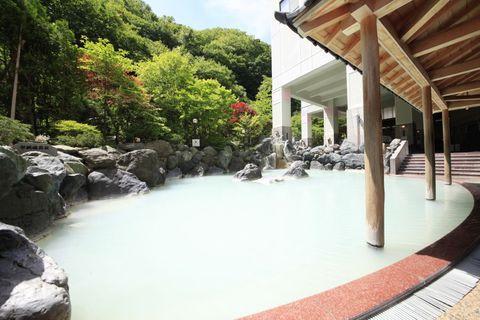 北海道・登別温泉で地獄谷の湯を堪能