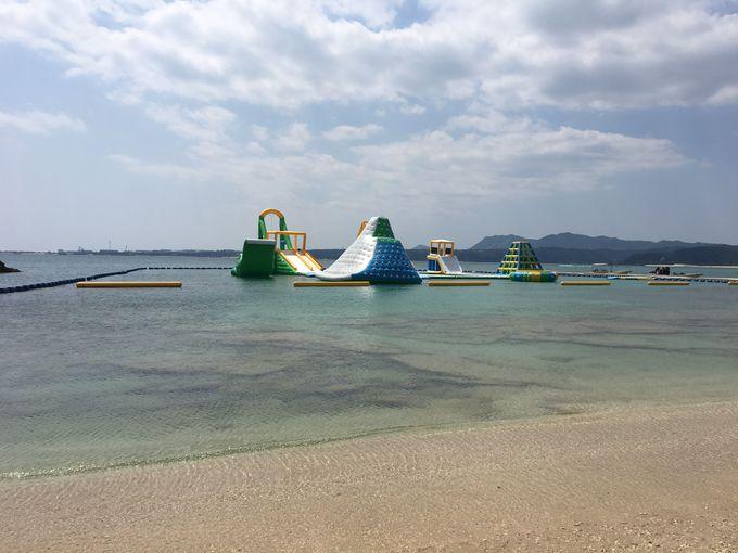 ビーチには子供が喜ぶ水上遊具まである!