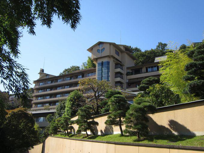 威風堂々と丘の上に建つ高級感漂う旅館