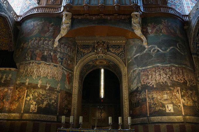 脅したり宥めたり!威圧と優美のセント・セシル大聖堂