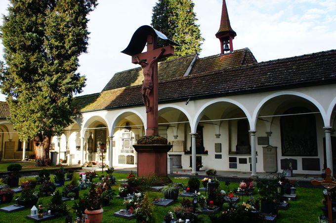 ゆりかごから墓場まで 愛される墓場、ホーフ教会