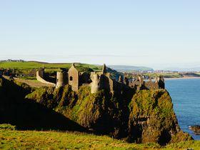 草原に佇むつわものたちの夢の址 アイルランドの古城巡り