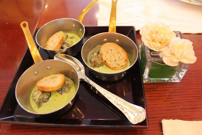 オープンキッチンで提供される高級食材や旬の食材を使ったメニューの数々