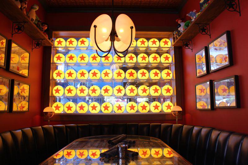 カリフォルニア ディズニーランド・リゾート「ランプライト・ラウンジ」はまるごとピクサーの世界!