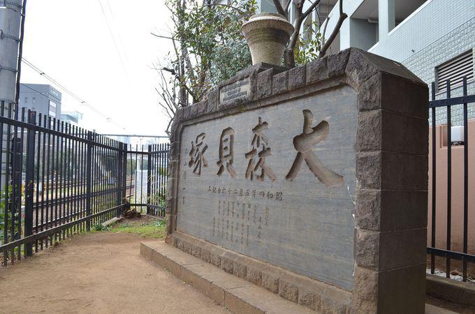 線路脇に建つ記念碑