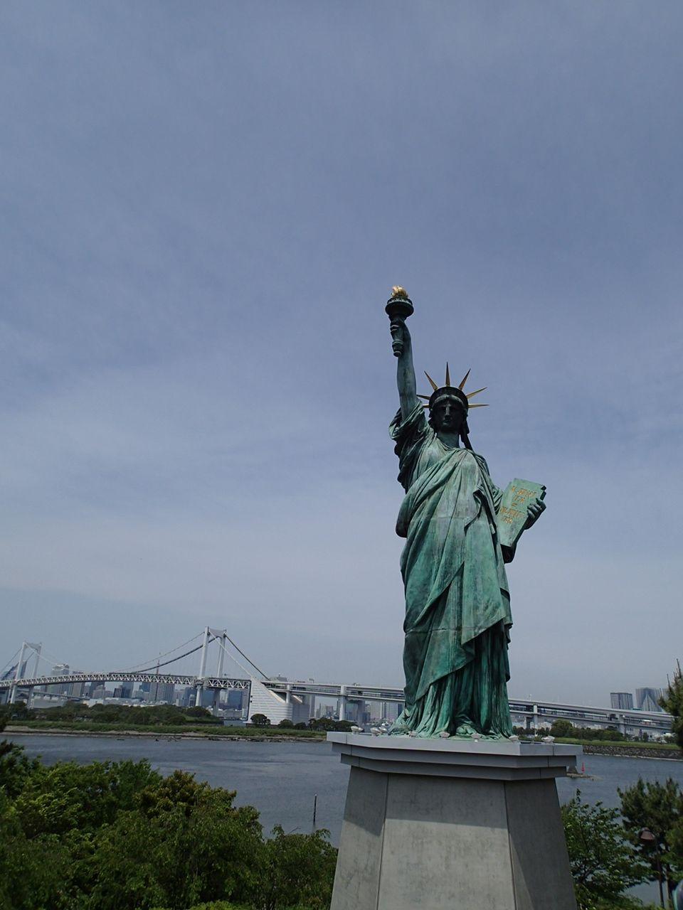 自由の女神とレインボーブリッジのコラボ