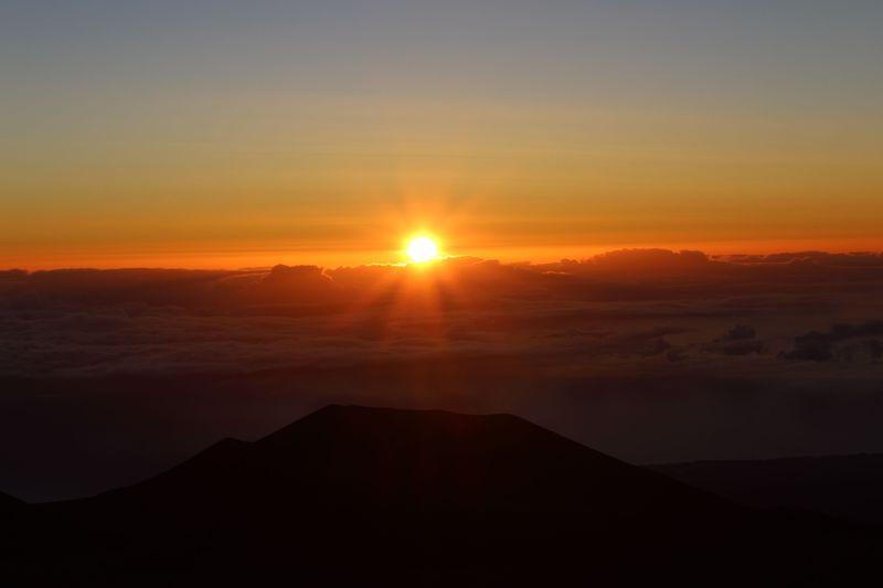 雲の上の感動ご来光!ハワイ島マウナケア山頂で見る朝日が美しすぎる