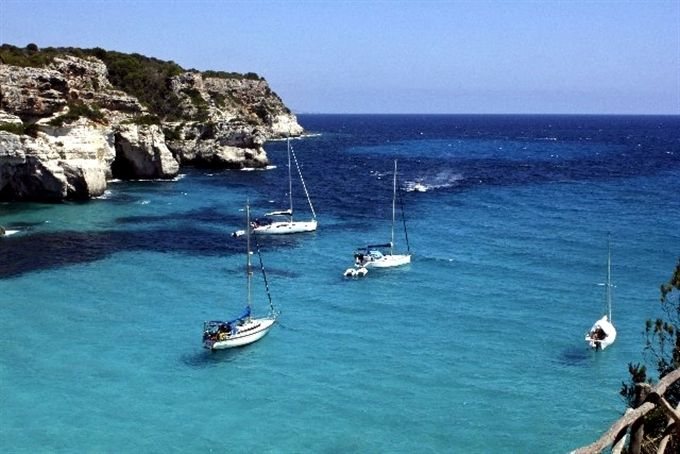 セレブが集まるスペイン「メノルカ島」綺麗な海と白亜の街並み、グルメも充実のリゾート