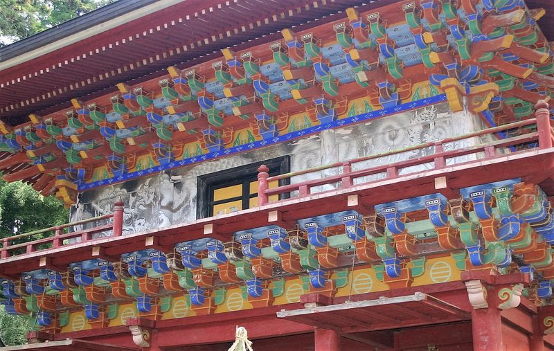 長〜い杉並木の先には極彩色の楼門!大田原市「那須神社」