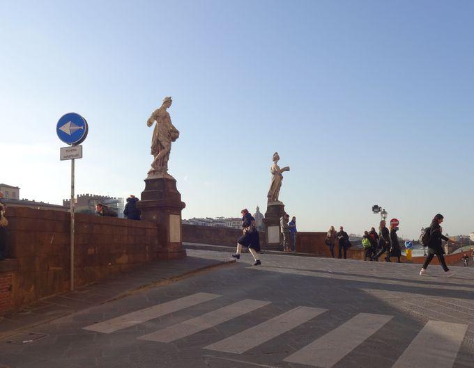 サンタ・トリニタ橋を守りフィレンツェの人々を見守る、四季の彫像