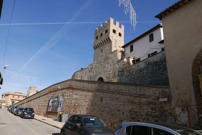 中世の町並みが今もここに…城壁に囲まれた美しい古都